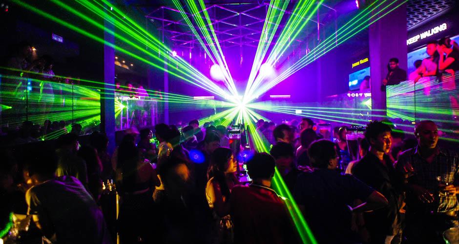 En servicio de discoteca espanola follandose a 2 chicas - 5 10